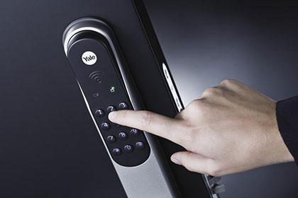TrioVing-Yale-Dorman-dørvrider-utside-montert-finger-webprod